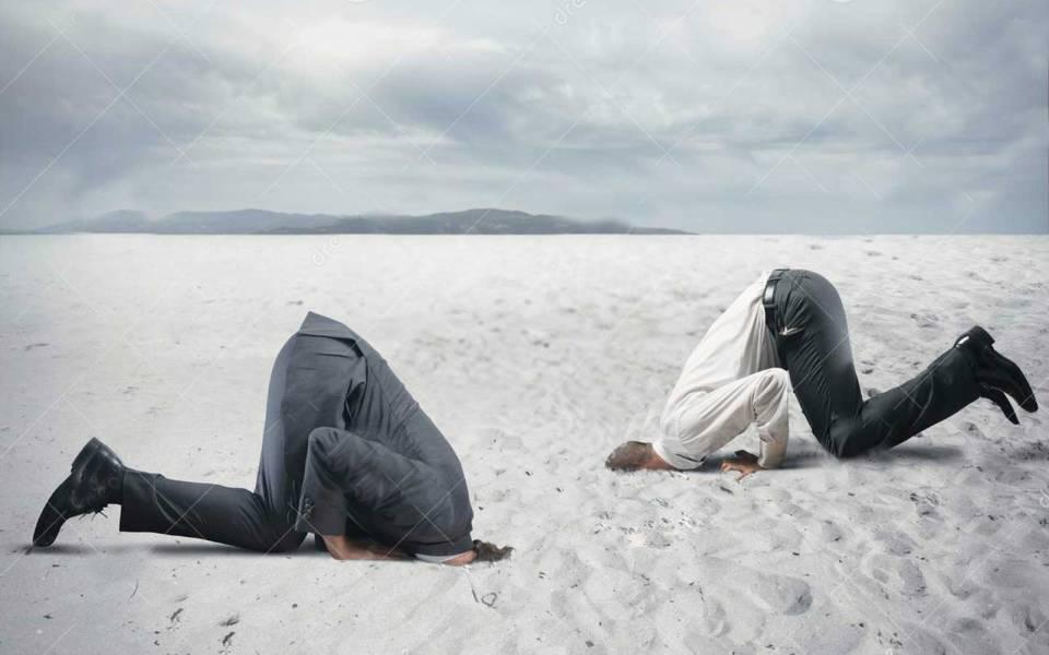 testa-nella-sabbia
